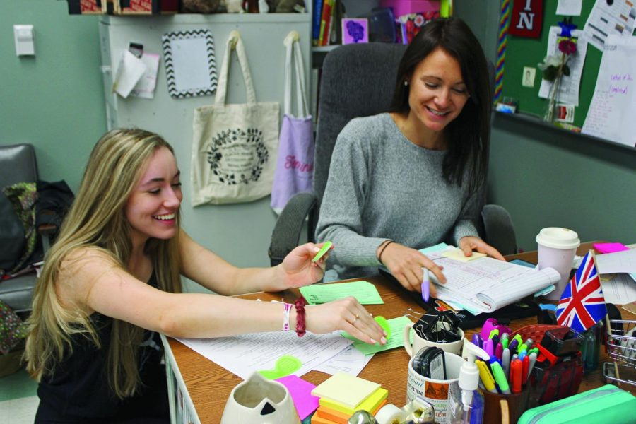 HELP+IN+THE+CLASSROOM%3A+Junior+Abbie+Brien+assists+English+teacher+Kimberly+Wiedmeyer+with+organizing+her+desk.+The+kindness+challenge+for+the+Silver+Stars+was+to+help+a+teacher+around+their+classroom.+
